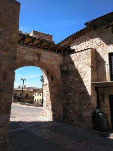 Arco de entrada a la villa.