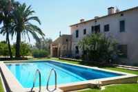 Fachada de la casa y gran piscina