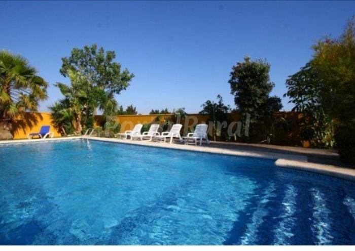 Conil chalet cerca de la playa con piscina conil de la for Casas con piscina en conil