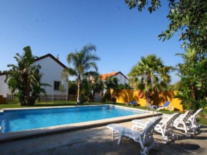 Conil chalet cerca de la playa con piscina conil de la for Casas con piscina conil alquiler