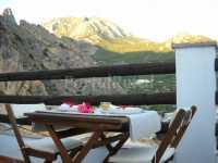 Balcón con vistas a la aldea y a la sierra